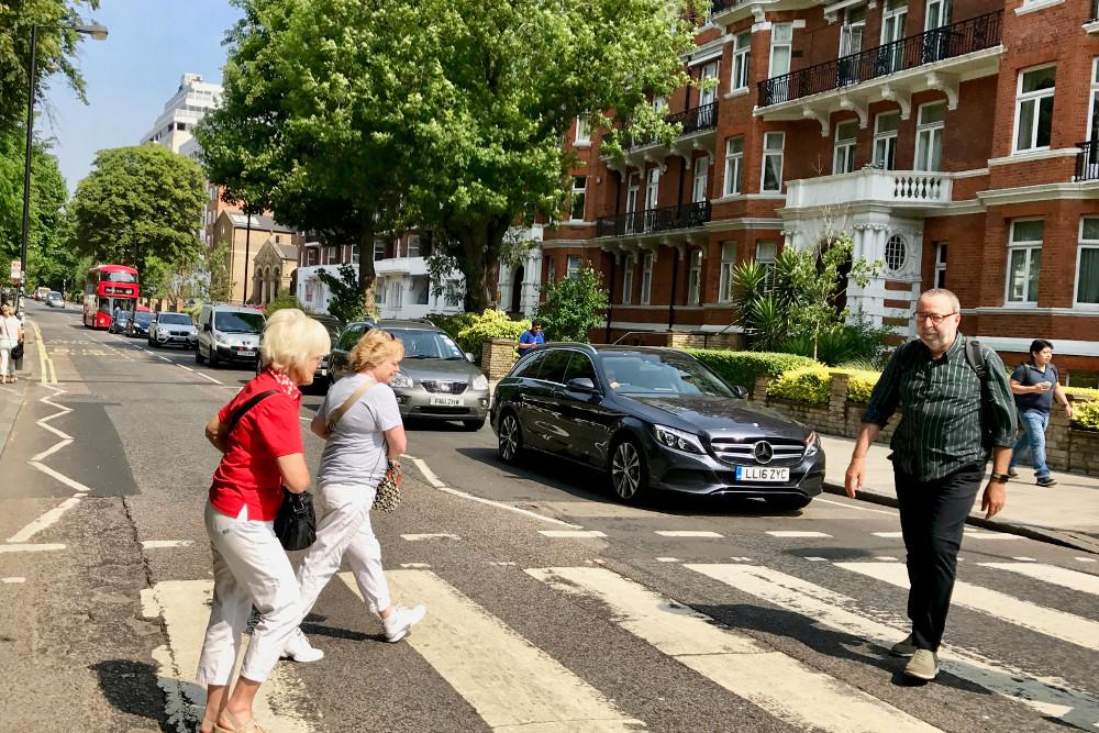Si eres fan de los Beatles y vas a Londres no te queda mas remedio que hacerte una foto en el paso de cebra del mítico álbum Abbey Road.