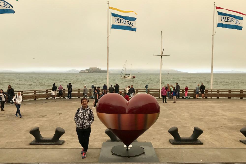 Al fondo la isla de Alcatraz, también conocida como La Roca (The Rock), es una pequeña isla ubicada en el centro de la bahía de San Francisco, por cierto, hacía un frio de cojones (con perdón).